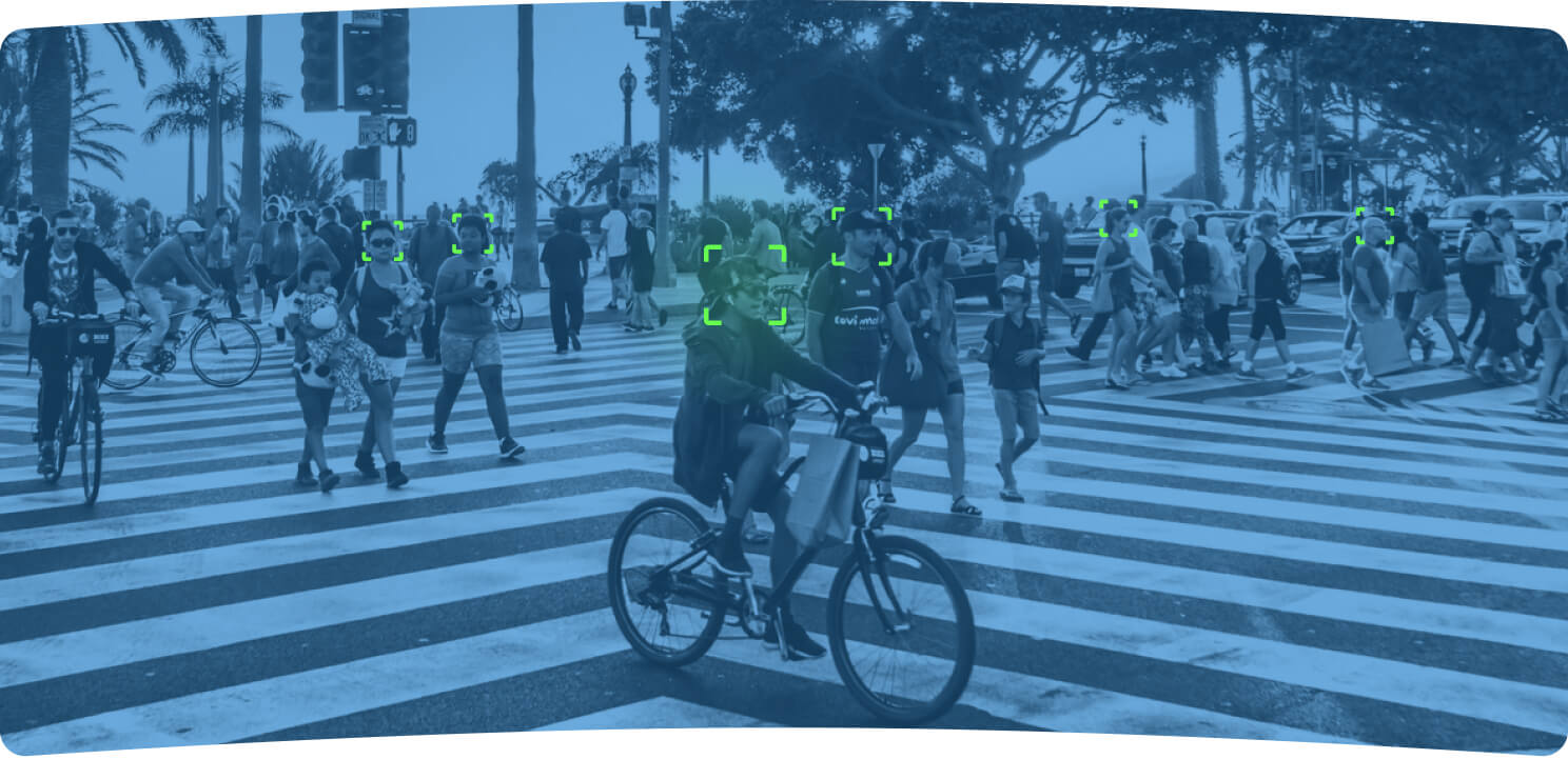 Camera that recognizes plenty of people at once